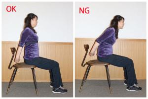 背筋を伸ばして手を後ろで組み、肩甲骨を引き寄せます。この時、頭が前にいかないように、頭のポジションは背骨の上にくるようにします