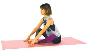 床に体育座りのように座り、両ひざを開いて両手を床につけます。この時、両ひざの間は、ひし形になるようなイメージで、かかとからお尻まで約50cmほどはなします