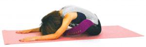 1度大きく息を吸いながら、背骨を伸ばします。息を吐きながら両手を前に歩かせて、上体を倒し前屈を深めます。「太ももが痛い」と思ったら、かかとをお尻の方に近づけて痛みで身体が緊張しないように調整してください