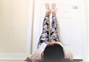 足のむくみが気になる時は、壁を使って改善