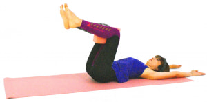 仰向けになり、ひざの間にクッション等をはさみます。両足を床かからはなして両手を頭の先に伸ばし、吐く息とともにドローイングした状態(お腹を腰に引き寄せる)をつくります