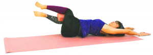 そのまま右方向に両ひざを倒します。この時、肩が床からはなれすぎないように注意してください