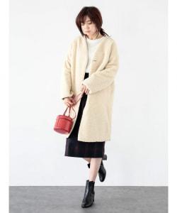 コートの裾のチラ見せは、フレアスカートだけではなくタイトスカートにも使えるコーデ方法です