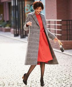スカートより長いロング丈コートでシックな印象に