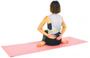 息を吐きながら、両肘をゆっくり前に押し出すイメージで背中を開きます。(2)と(3)の動作を8回ほど繰り返しましょう