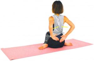 息を吸いながら両肘を背中につけるイメージで引き寄せ、肩甲骨をギューッと閉めて胸を開きます