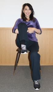 片足の太もも裏で手を組み、胸にひきよせます。この時、背筋を曲げないように気をつけましょう
