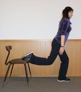 背筋を伸ばして、前足のひざが90度になるまで身体を落とします。この時に、つま先よりも前にひざがこないように気をつけましょう