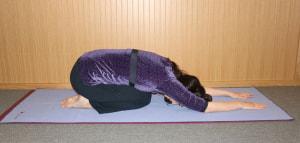 最後にひざを折り、かかとにお尻をつけて両手を伸ばし、気持ちいい範囲で身体を伸ばします