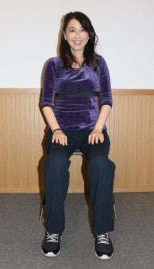 イスに浅く腰かけ、足は腰幅に開きます
