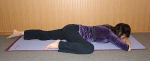 うつ伏せになり、片方のひざを曲げます。曲げた足の股関節が気持ちいい範囲で曲げましょう