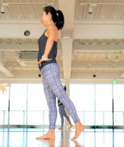 お腹に力を入れて、腰が反らないように片足を軽く後ろに引きます