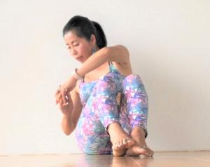息を吐きながら、おへそを背骨に押しつけるように斜め後ろにねじります。目線もねじっている側の肘を見ます。息を吸いながらもとの位置に戻り、反対側も同じように行いましょう
