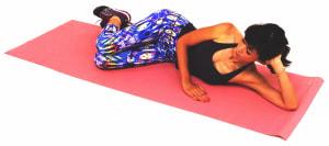 左の腰を下にして床に横寝になり、両ひざを曲げ重ねます。肘を曲げた左手で頭を支えます