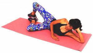 そのままゆっくり右ひざをはなし、右臀部がギューッと力が入る感覚までひざを開きます。ゆっくりひざを元の位置に戻し、8回1セットを目安に動作を繰り返しましょう