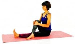 両足を前に伸ばした長座の姿勢から、右足を左足の外側に置きます。両手で右ひざを引き寄せながら背骨を伸ばし、姿勢を整えます