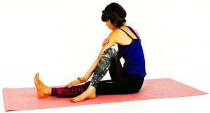 そのまま左の腕を右ひざの外につけます。右手で二の腕を掴み、二の腕の筋肉を内側に回しながら肩を内側に回します。この時、左手の甲は床の方に向きます
