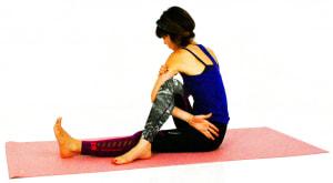 左手の甲を左太ももに沿わせるように、お尻のあたりまでゆっくり移動させます。この時、少し右のお尻が浮いてもOKです。しっかり腕がひざの下から左お尻の方に伸びてきたら、浮いたお尻を床に戻してください