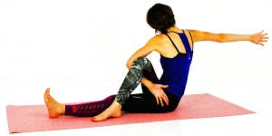 左腕をひっかけたまま、右腕を胸から伸ばす意識で身体を大きく使いながらまっすぐ後ろに伸ばします