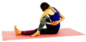そのまま右肘を曲げて、右手の甲を腰に沿わせるようにして左手に近づけます