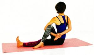 手をつなぎ、1度大きく息を吸って背骨を伸ばし、吐く息でねじりを深めます
