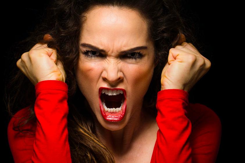 怒った女性