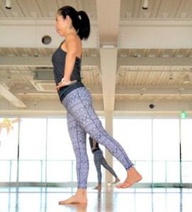 息を吐きながら、後ろの足のかかとをななめ後方に引っ張られていくように持ち上げます。お尻の筋肉を意識し、勢いをつけないように行いましょう