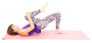 お尻を床からはなし、そのまま5秒キープします。ゆっくり背骨を1本づつ床に沈めるような意識で、お尻を床に戻します