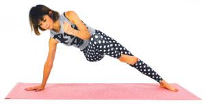 右のひざと左肘をタッチします。この動作を5回×1セット繰り返しましょう。反対側も同様に動作を繰り返します