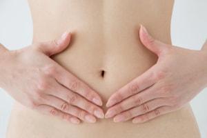 生理痛の緩和や腰や背中のストレッチにもなる「カメのポーズ」