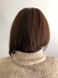 中間から毛先は、立ち上がった根元をつぶさないようにカーブを描きながらブローしていくと自然な毛流れになります