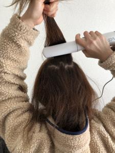 髪の毛の裏側にくるくるドライヤーがくるようにし、根元からゆっくりとかすようにブローしていきます