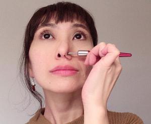 小鼻のハリを押すことで、硬くなっている部分をほぐすことができます