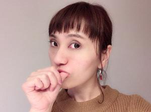 頬とは反対側(右頬には左指)の親指を口の中に入れて、ほうれい線に沿って細かく筋肉を揺らすようにマッサージしてください。2センチほどの円を描くようにすると良いでしょう