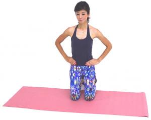 ひざ立ちになり、両手は腰にそえます。この時、背骨を長く伸ばすイメージで背中を伸ばしてあごを軽く引き、体幹を意識します
