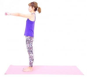 吐く息とともにドローイング(お腹を腰に引き寄せる)をしたら、両手を肩の高さに引き上げます。この時、背中が丸まったり、反ったりしないように姿勢(くるぶし→ひざ横→大転子→肩→耳が一直線)に気をつけてください