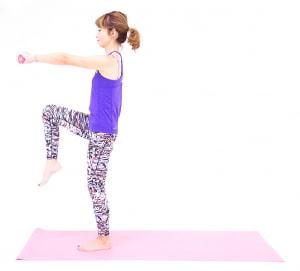 そのまま吸う息とともに、右のひざを腰の高さに引き上げます