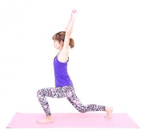 吐く息とともに、左ひざが直角になる位置まで右つま先を大きく後ろに引き、両手も天井方向に伸ばします。この時、腰が反らないように注意してください。ドローイング状態をキープすることで、代謝アップが期待できます