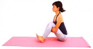 床に座り、両ひざを立てます。ひざの下で両肘を掴み、お腹を太ももにつけて背骨を伸ばします。腰骨→肩→耳のラインが一直線になるようにしましょう。