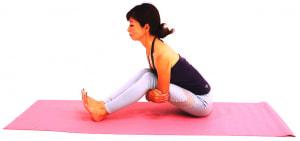ゆっくりかかとを前に移動させながら、お腹と太ももがはなれないところまで前屈を深めます。この時も、腰が丸まらないように注意しましょう