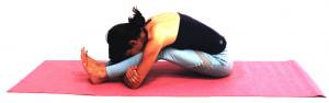 ゆっくりと吐く息で太もも裏やお尻、腰が伸びてきたら、肘の位置を前に移動させて上体を両足の上に乗せます。1分ほどホールドしましょう