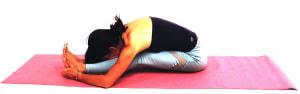さらに、ひざ裏の緊張がとれてきたら両手を前に移動させて、前屈を深めましょう