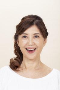 口角を上げて上の歯8本だけを見せるように笑顔をつくり、下あごは下げて口を開けます