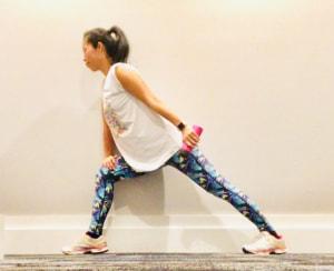 二の腕を意識しながら肘の位置を動かさないように、曲げた腕をゆっくりと伸ばして行きます。この時、勢いをつけないように、そして肘を伸ばしきらないように気をつけて行いましょう