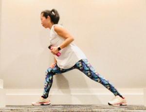 片方の足を前にだして、頭からかかとまでまっすぐになるような姿勢をとります。腰が反らないようにしっかりとお腹に力を入れましょう