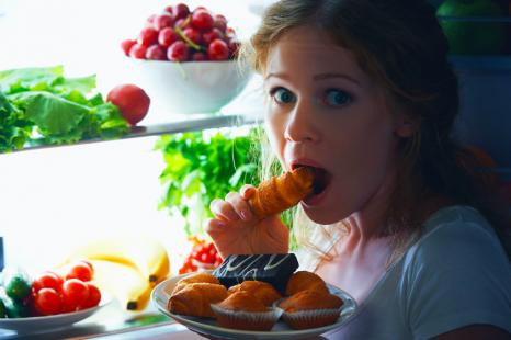 電車の居眠りが太る原因に!?「太りやすい人の行動」10選