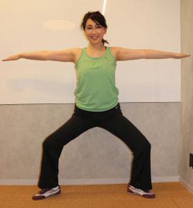 足を大きく開き、腕を床と平行に伸ばします。ゆっくりと腰を落としましょう