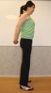 足を腰幅に開き、背中で手を組みます。この時、左右の肩甲骨を引き寄せるようにします