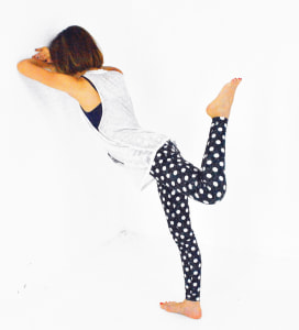 そのまま左ひざを曲げて腰の高さに引き上げます。この時、太もも裏がギューッと縮んでいる感覚を感じてください。また、腰が反りすぎないように注意しましょう