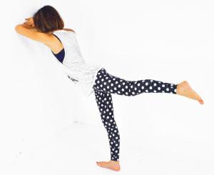 そのまま「左足を真後ろに伸ばし、ひざを曲げる」動作をゆーっくり10回繰り返しましょう。反対側も同様に動作してください